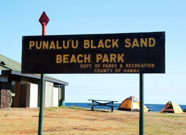 Чорний пісок пляжу Punaluu Beach, Гаваї