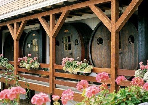 «De vrouwe van stavoren» готель у винній бочці