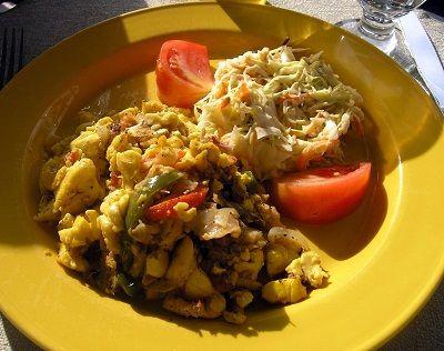 Їжа на ямайкецени на харчування на ямайці в цілому помірні. Обід або вечеря на двох в ресторані середнього рівня обійдеться приблизно в 4000-5000 ямайських доларів (1400-1750 рублів). За 500-700 jmd (175-245 рублів) можна добре поїсти в недорогий закусочн