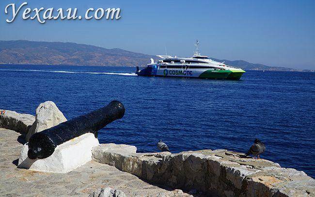 Фото порома, що йде на острів Ідра