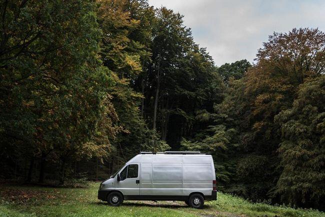 Фотограф зробив з 16-річного фургона затишний і комфортний будинок на колесах