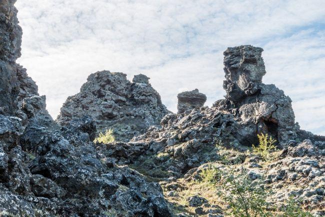 Гори біля озера Миватн на півночі Ісландії. У цьому місці Джона Сноу взяли в полон здичавілі. Тепер японські туристи, яких возять сюди гіди, допитують місцевих жителів, чи не бачили вони людей в звіриних шкурах зі списами і луками.
