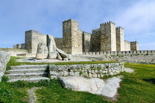 Замок Трухільо в провінції Естремадура: побудований арабами, захоплений християнами в 1232, перебудований в XV столітті і відновлений в XIX. Який із замків Вестерос буде зображувати Трухільо, поки ніхто не сказав, але відомо, що знімати тут будуть в листопаді, так що, може бути, мова піде про щось північному.