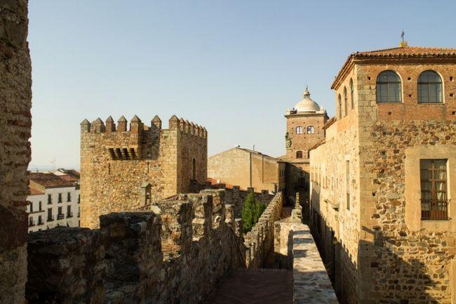 Зйомки пройдуть також в старовинному місті Касерес в Естремадура. Можливо він буде зображувати Королівську гавань - місто, яким в минулому був Дубровник в Хорватії.