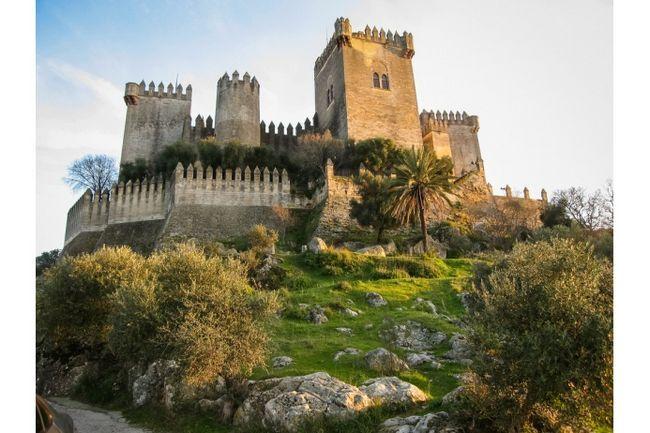 Замок Альмодовар де Ріо поруч з Кордоба. Спочатку тут були іберійські і римські зміцнення, потім араби в сьомому столітті побудували тут фортецю, яка після цього багато разів добудовувалася - надто вже гірка зручна. Туди і так туристи їздять із задоволенням, а після зйомок серіалу це фотогенічність місце стане ще популярнішим.