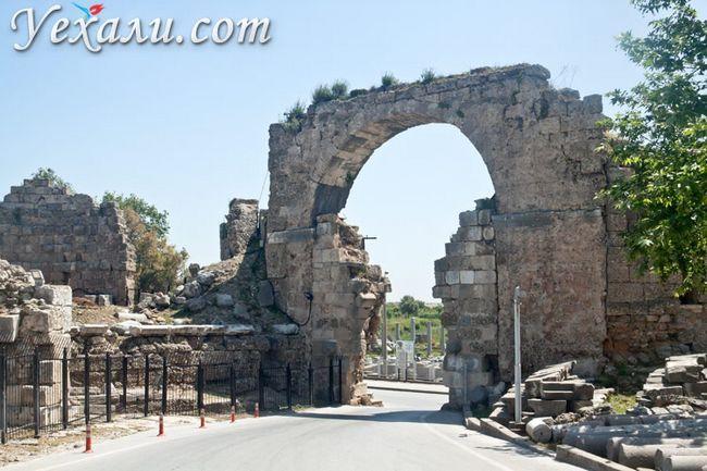 Пам`ятки Сіде, Туреччина. На фото: ворота Адріана.