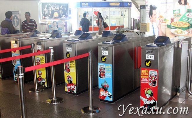 Турнікети в метро Бангкока.