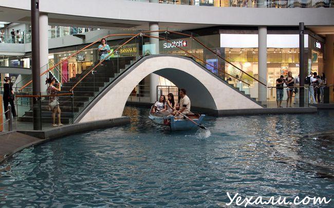 Фото торгового центру в Сінгапурі