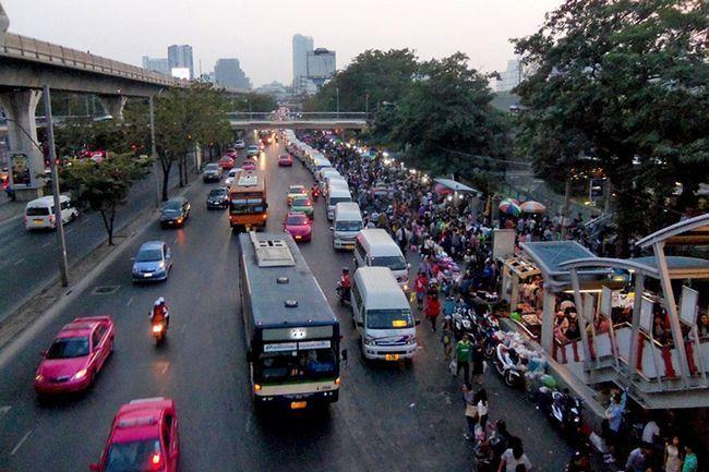 Ринок Чатучак в Бангкоку: вихід з метро Mo Chit.