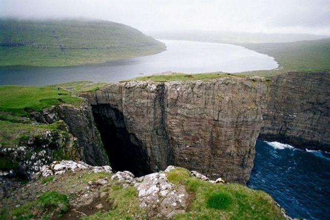 Озеро на краю обриву - сорвагсватн (або лейтісватн), фарерські острови