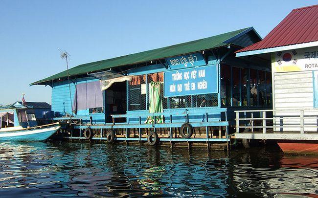 Озеро Тонлесап в Камбоджі, фото школи в плавучої селі.