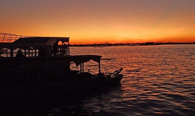 Озеро Тонлесап в Камбоджі, фото заходу.