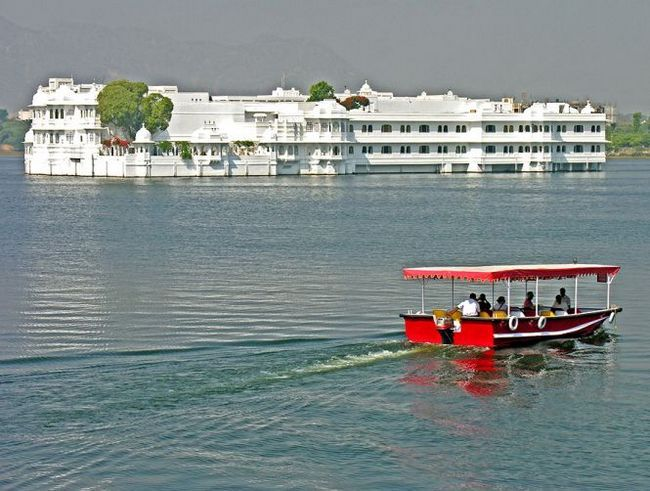 Озерний палац (lake palace), або джаг-нівас - готель з білого мармуру на озері пічола, удайпур, індію