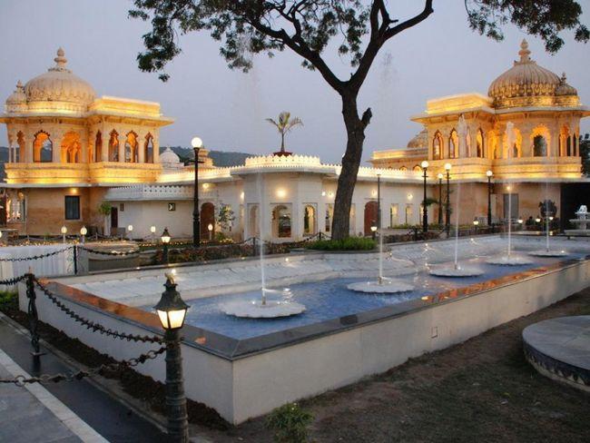 Озерний палац (Lake Palace), Джаг-Нівас, готель з білого мармуру, озеро Пічола, Удайпур, Індія