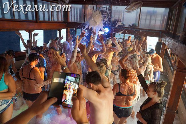 Вечірка на кораблі
