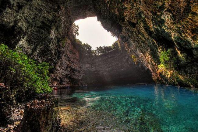 Печера меліссані (melissani), острів кефалонія, греція