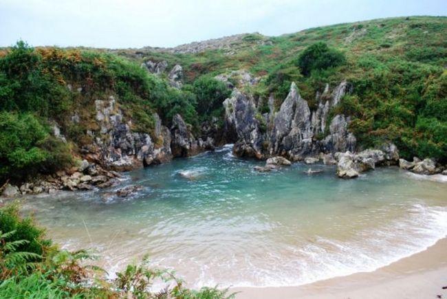 Плайя-де-гульпіюрі (playa de gulpiyuri) - пляж-черепашка в місті льянес, іспанія