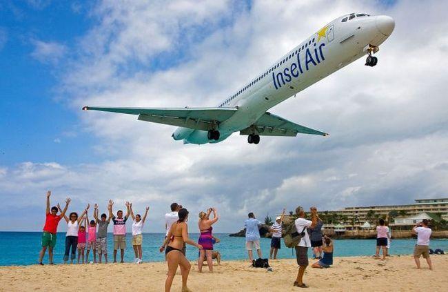Пляж Махо (Maho Beach), самий екстремальний пляж в світі, острів Сен-Мартен, Сен-Мартен, Нідерланди