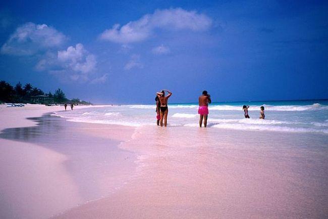 Пляж з рожевим піском (pink sands beach) на острові харбор, багами