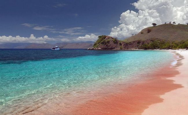 Пляж з рожевим піском (Pink Sands Beach) на острові Харбор, Багамські острови