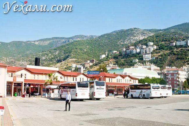 Фото Аланії, Туреччина. Автовокзал на тлі гір.