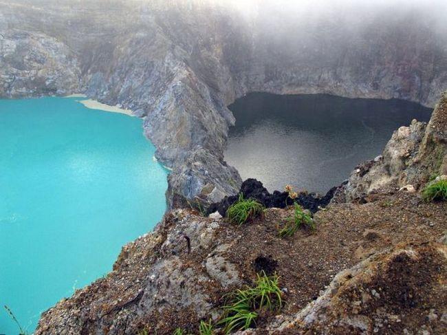 Різнобарвні озера на вулкані келімуту (острів флорес, индонезия)