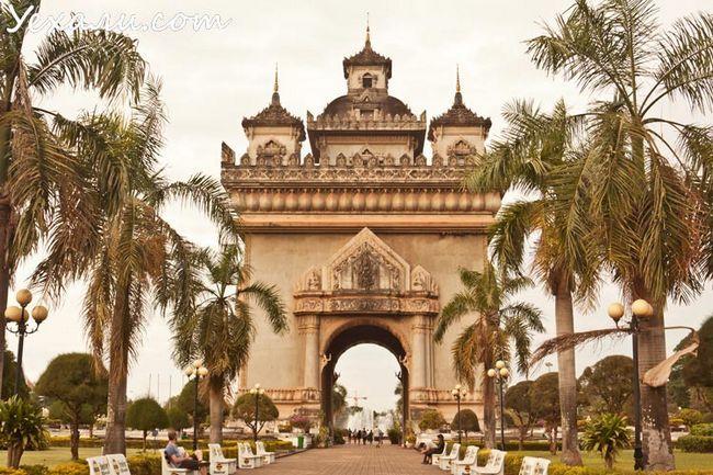 Головна і єдина пам`ятка Вьентьяна - Тріумфальна арка Патусай.