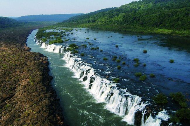 Унікальні бічні водоспади на річці ігуасу в аргентині