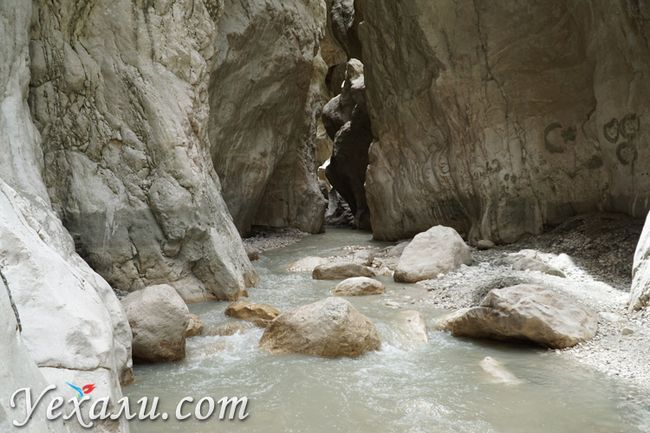 Річка в ущелину