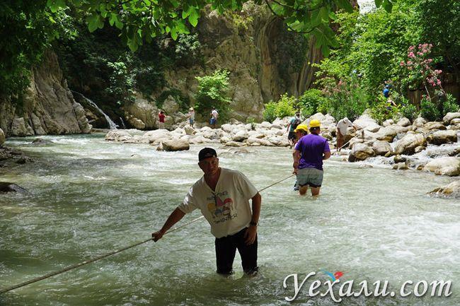 Переходимо вбрід річку в ущелині Сакликент