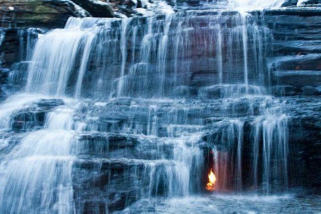 Вічний вогонь під падаючим водоспадом, нью-йорк (сша)