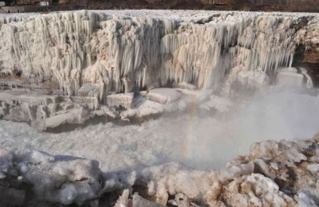 Водоспад хукоу (hukou waterfall) перетворений в гігантську крижану скульптуру, китай