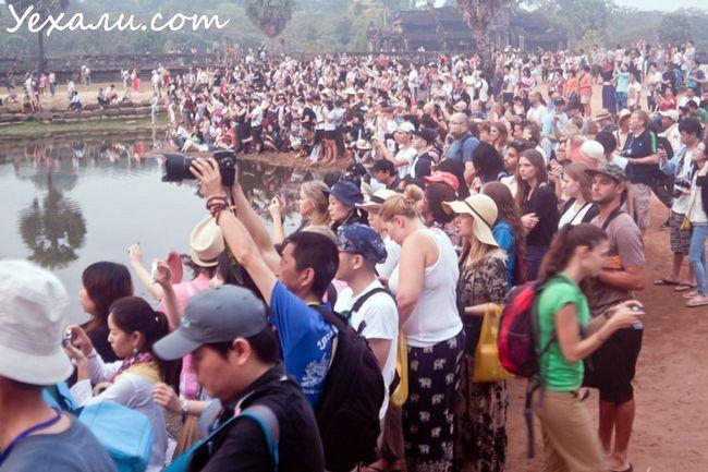 Туристи роблять фото Ангкор Вата на світанку
